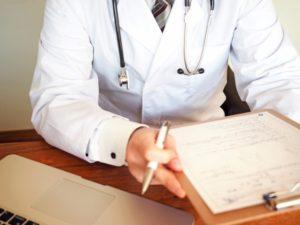 性病検査に行って問診を受けるイメージ